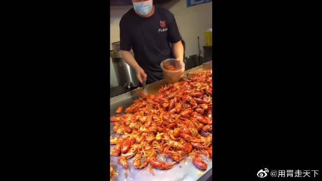 按斤卖的小龙虾,老板非要给顾客展示手法!急性子的表示不能忍