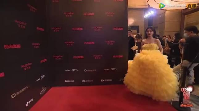 蔡卓宜红毯 身穿鹅黄色的蛋糕裙,今天是迪士尼在逃公主吧…………