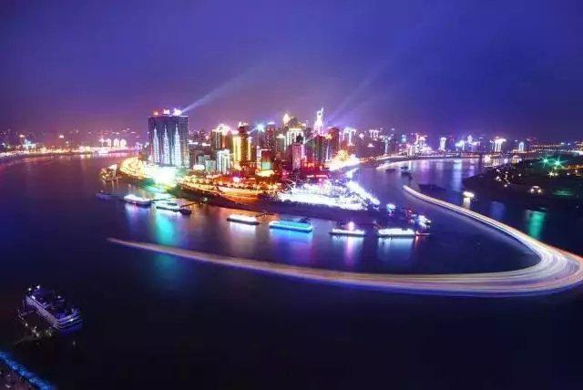 黄色的长江水自西向东流经重庆与其支流绿色的嘉陵江水汇合……