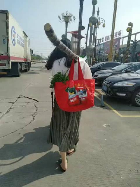 广东的超市太不人性化了,甘蔗都不帮砍断…………
