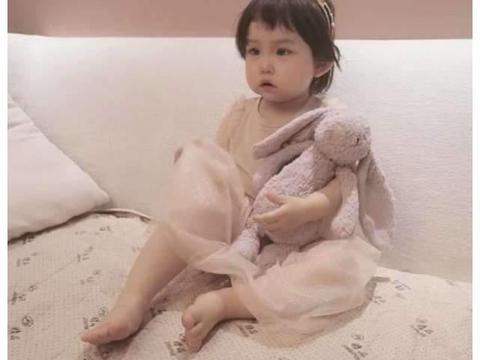 杜若溪晒女儿萌照畅谈育儿经,两岁小肉肉自己吃饭洗手,超独立
