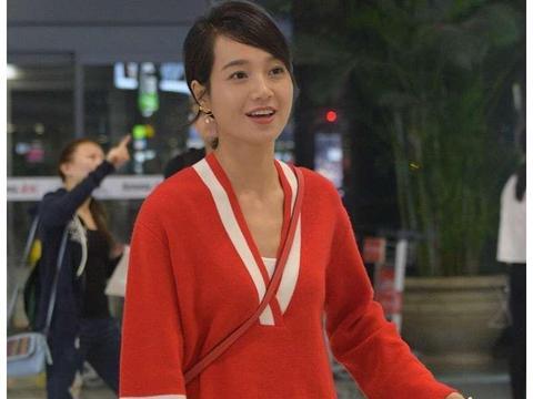 朱丹素颜也很美!穿红色针织衫配百褶裙走机场,淑女显瘦还特洋气