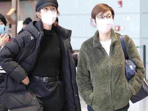 54岁陈法蓉太冻龄,穿毛绒外套和蔡少芬走机场,大7岁更显年轻