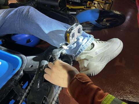 浙江宁波 当心 又有人被电动车卡住脚 骑坐电动车需谨慎