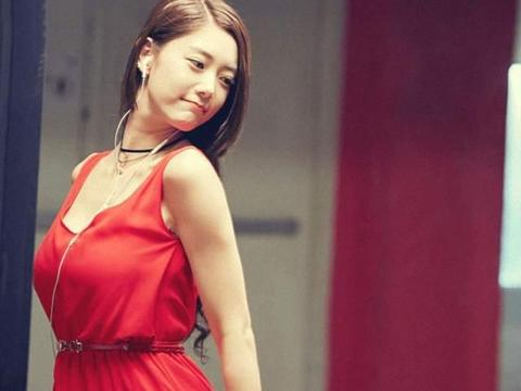 """克拉拉不愧为""""亚洲第一女神"""",穿白色羽毛裙秀身材,优雅又时髦"""