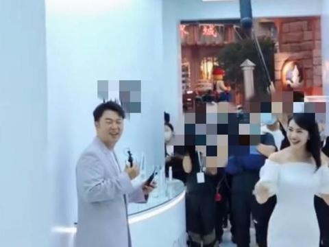 高圆圆盛图曝光,40岁,双下巴,女神气质,网友称羡慕赵又廷