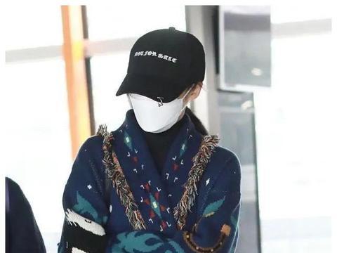 蒋勤勤现身机场,穿民族风针织衫包裹严实,朴素搭配一点不像明星