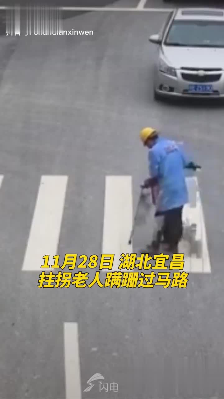老人拄拐蹒跚过斑马线,小货车司机停下车帮忙…………