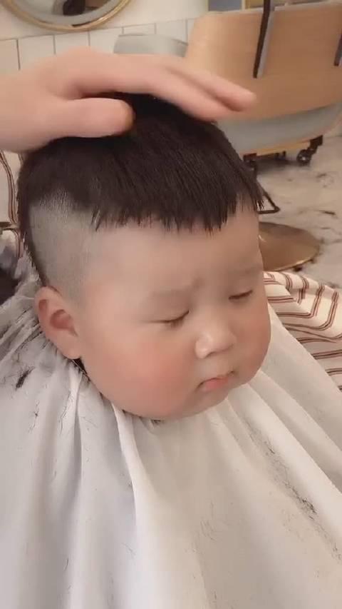 在理发店拍到一个敲可爱的小男孩儿