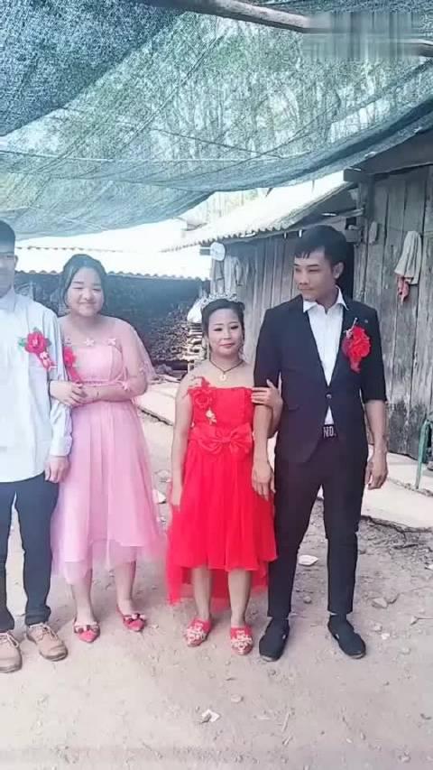 农村的某婚礼现场,两对新人步入婚姻殿堂,网友:请相信爱情