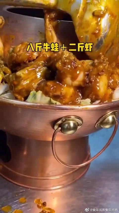 必须站着吃的牛蛙锅,个子太矮都不敢去!凳子的作用是当摆设?