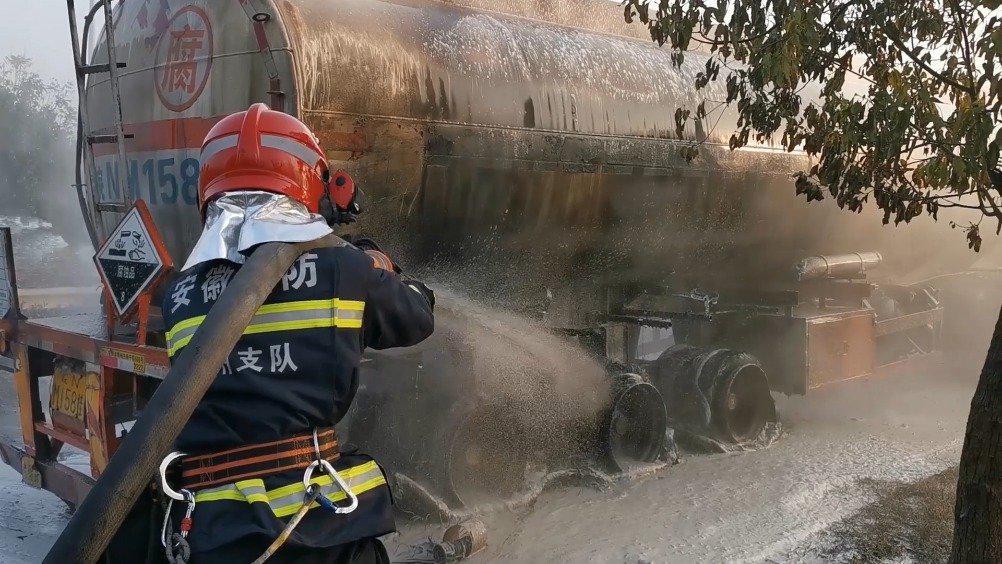 滁州 槽罐车突发自燃 消防紧急救援