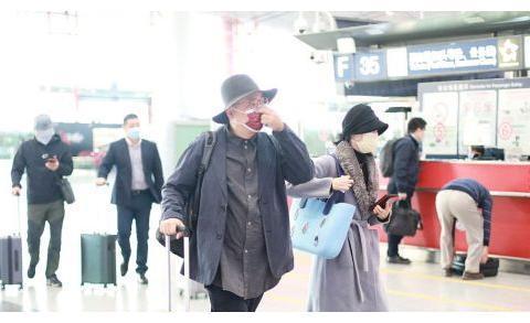 和老公走机场就是不一样,小陶虹穿皮草打扮富贵,导演夫人范超足