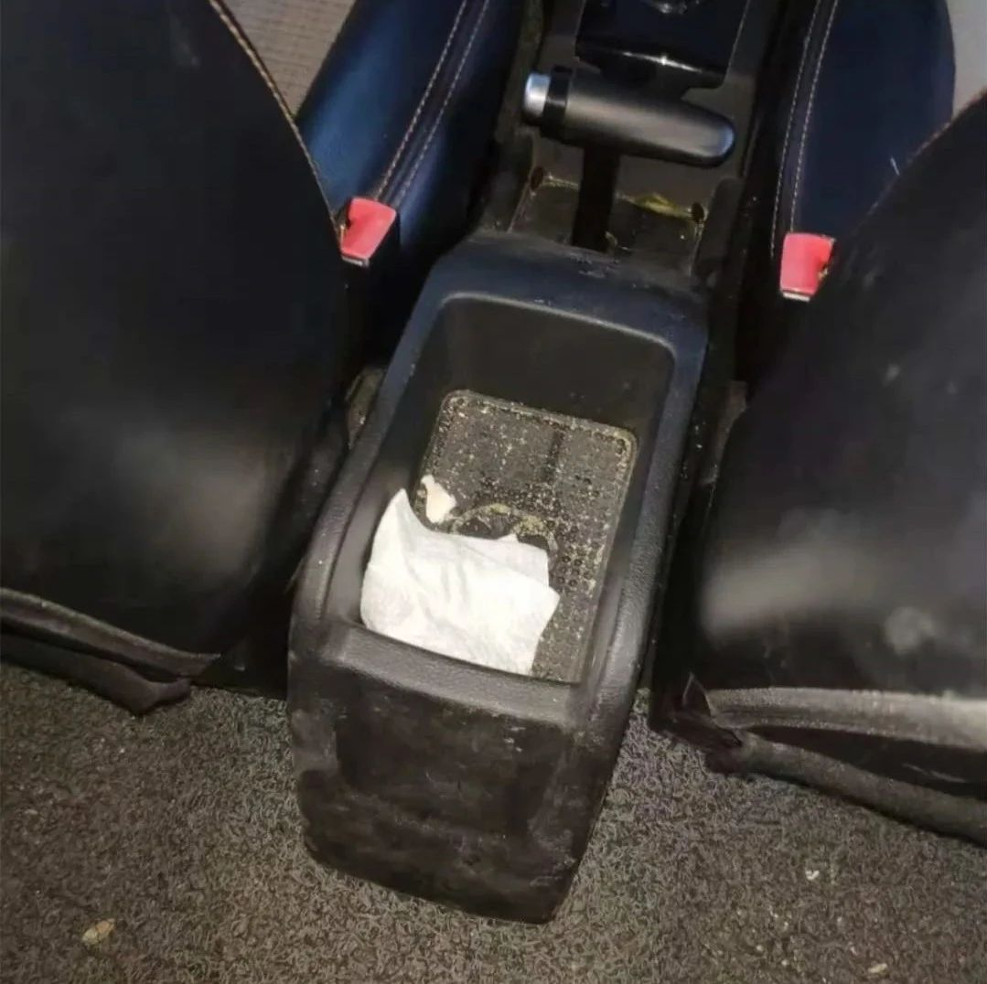 """共享汽车变""""移动垃圾箱""""?开门异味扑鼻、车内残渣散落,还有……"""
