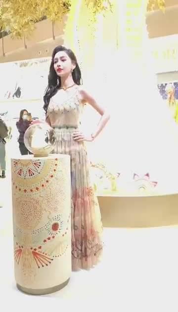 身穿麦穗纹纱裙的baby好像身材和气质都太绝了!