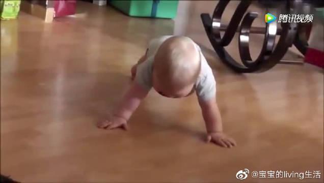 小宝宝居然可以做平地撑姿势还这么标准……