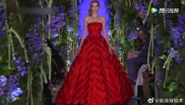 大红色礼服搭配一抹金边,裙边仿佛有生命一般…………