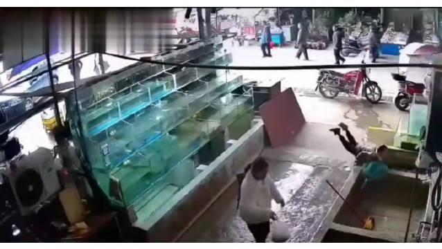 重庆一熊孩子跟妈妈逛街,倒栽摔进鱼池…………