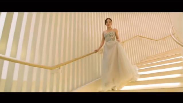 袁姗姗出席美妆盛典,身穿蓝色吊带纱质长裙,搭配钻石配饰…………