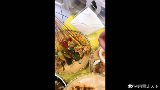 家里没有条件,着吃饭都只能葱蘸酱!最后的画面是饿眼花了?