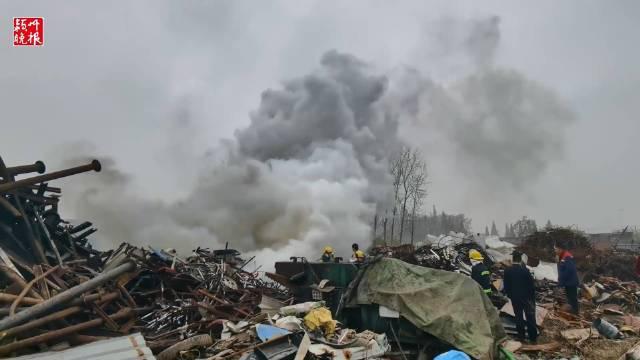 切割废弃钢材,引燃废旧轮胎,安徽省颍上县一废品站发生火灾