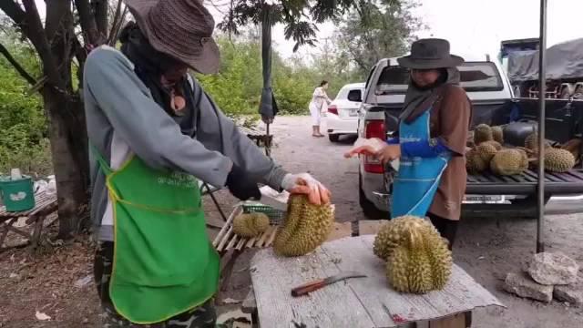 第一次在泰国买榴莲,以为被坑了,最后一刻惊艳了!