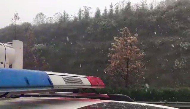 包茂高速矮寨路段已经开始下雪,胡椒蜀黍提醒大家…………
