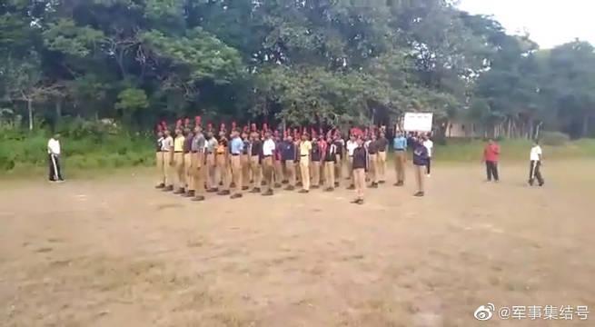 印度女教官训练民兵,感觉要起飞