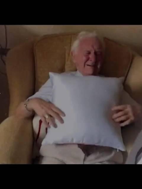 老爷爷每晚抱着已逝妻子的照片睡觉……