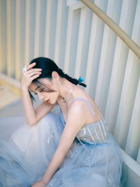 蓝色纱裙配合精致的小配饰点缀,美丽冻人,我宣布 szd!……