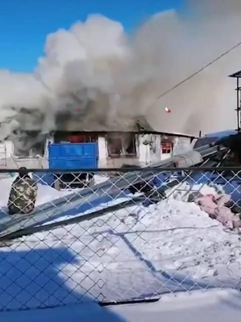 东北民房着火村民铲雪灭火 12月3日,黑龙江哈尔滨…………