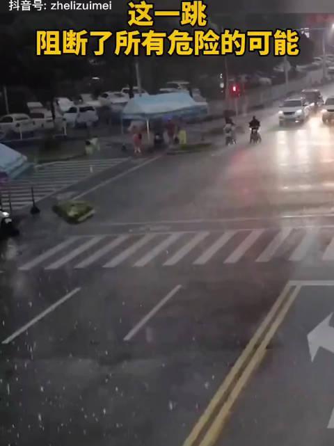 怎么才能做到人下车了车还在开,天才们!