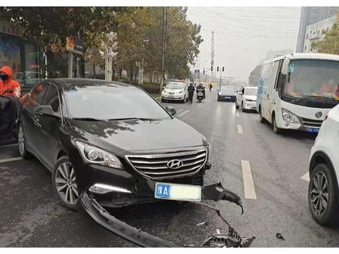 """轿车与出租车相撞双双""""破相"""",还好车上人都系了安全带"""