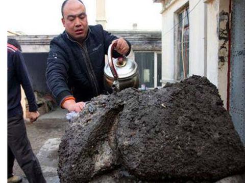 村民挖到怪石头,有人称是无价之宝,村民却吓得想重新埋回去!