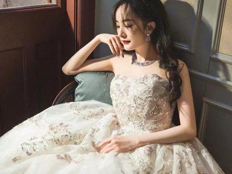 同是京圈新生代,关晓彤找不到适合造型师,她却成红毯定海神针