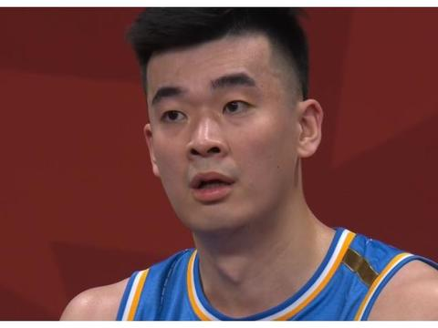 CBA争冠热门大爆发!北京半场狂胜25分,李慕豪争议动作吃违体