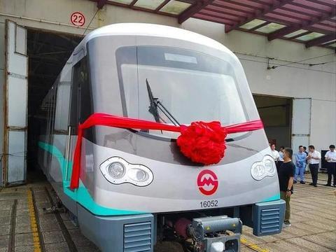上海一条标志色是金色的地铁线,途经普陀区、长宁区、徐汇区