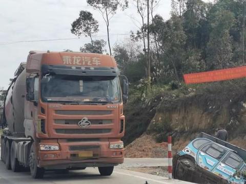 广西博白发生一起车祸,大货车与电动四轮车碰撞,轮子都撞飞了