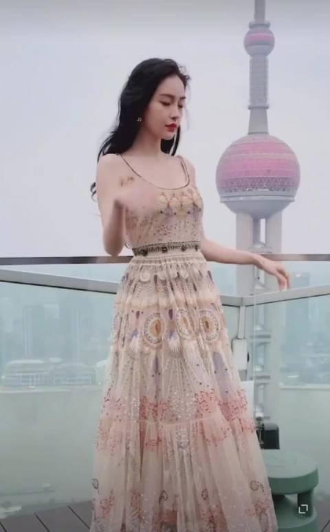 摩登复古的大美女,纱裙造型自带温柔气质,baby姐太好看啦!