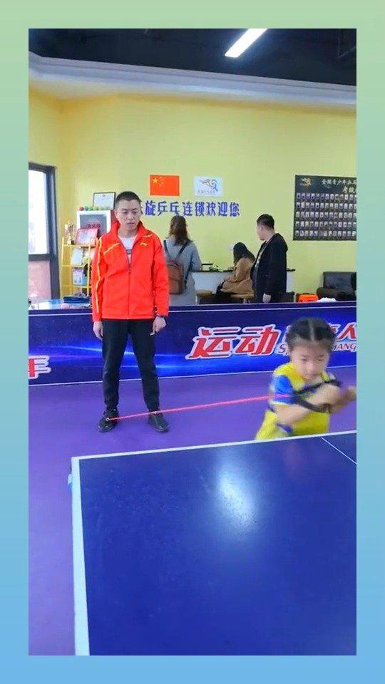 小妹妹好励志呀,努力的训练乒乓球!