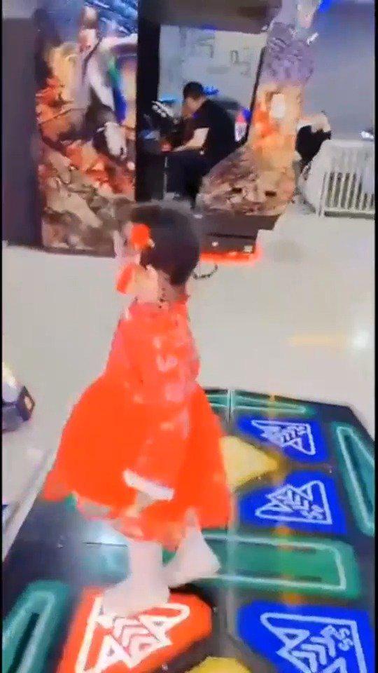 小情人第一次见到跳舞机,下一秒的反应简直萌炸了,看完太爱了