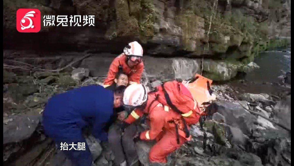 贵州男子上山采挖兰花 ,从8米高处跌落谷底,消防全力搜寻解救