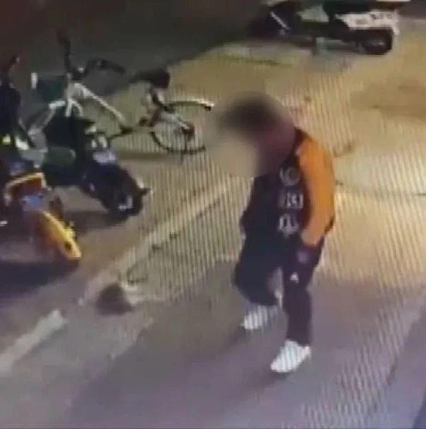 连续猛踢!南宁一男子当街虐杀小猫,网友怒了【话题】