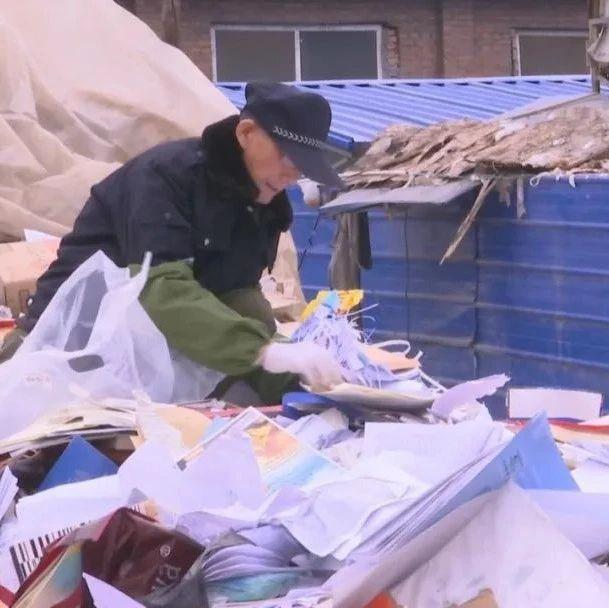这位在废品收购站里淘书的老爷爷不一般!