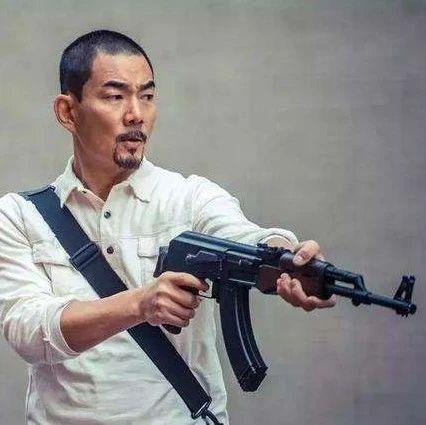 这哥们拿着仿真枪就敢抢银行?柜员姐姐:你别扒拉我! 轻武专栏