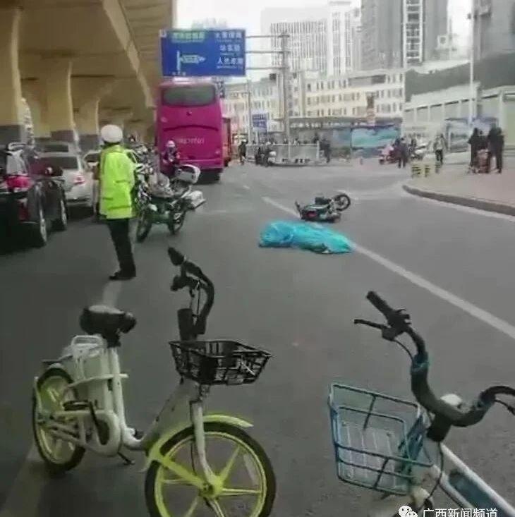 南宁中华路发生车祸,骑共享电动车的女子遭大巴车碾压不幸身亡