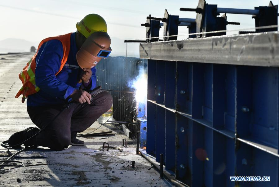 A laborer works at the construction site of Meizhou Bay cross-sea bridge of the Fuzhou-Xiamen high-speed railway in southeast China's Fujian Province, Dec. 2, 2020. The 14.7-km-long bridge is part of the province's Fuzhou-Xiamen high-speed railway, the first cross-sea high-speed railway in China, which is expected to be put into operation in 2022. (Xinhua/Wei Peiquan)