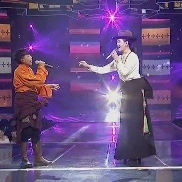 藏族人都会唱的歌!降央卓玛与14岁小男孩载歌载舞,演绎藏族民歌《打布深深》