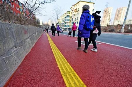 彩色人行道亮相紫金路