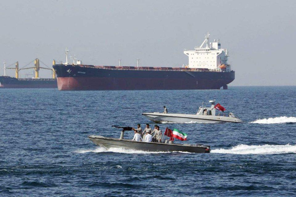两艘巨轮满载石油驶向东方,美军大批军舰严阵以待,白宫下令住手